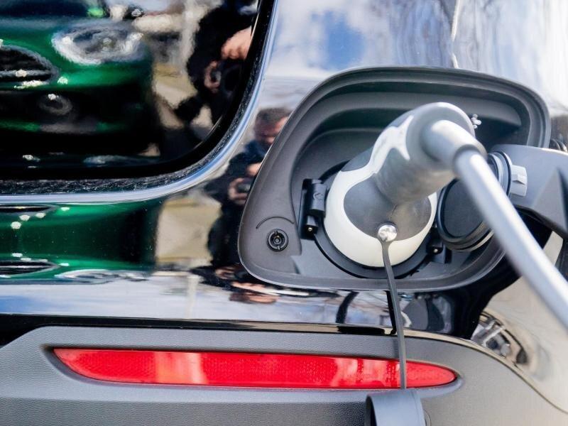 Private Ladesäulen für E-Autos sollen vom Bund mit mehr Geld gefördert werden.