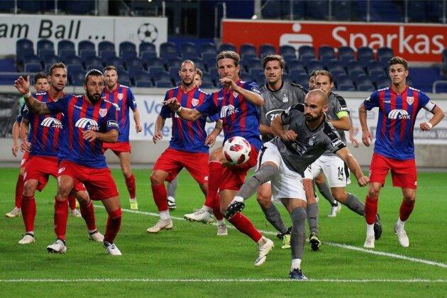 Nico Antonitsch (vorn) erzielte das Siegtor für den FSV Zwickau und vermasselte den Uerdingern damit die Tabellenspitze.