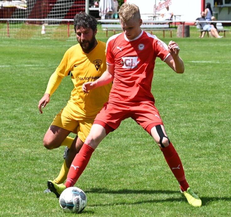 Der Lößnitzer Cedric Graf (r.) - hier im Zweikampf mit Jiri Jedinak von den Gästen aus Schöneck - erzielte im Testspiel des FCL zwischenzeitlich den Ausgleich. Am Ende unterlag seine Elf dennoch.