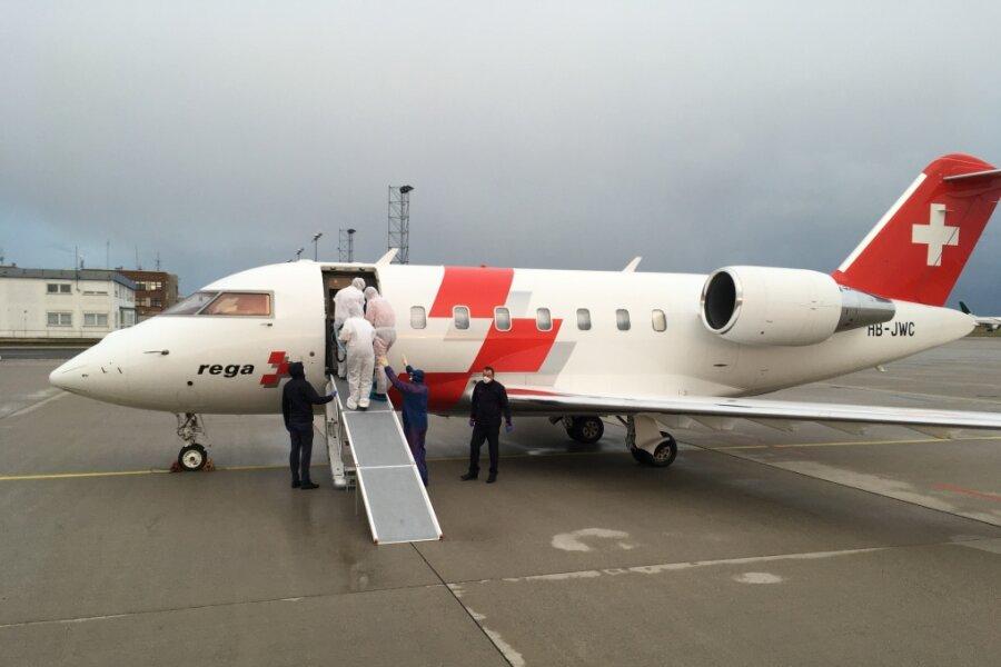 Ein Flugzeug der Schweizerischen Rettungsflugwacht hat die beiden Patienten aus Norditalien am Sonntag nach Sachsen gebracht. Anschließend erfolgte der Weitertransport zum Klinikum Chemnitz.