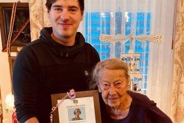 Margit Kermes mit ihrem Enkel Max Kermes.