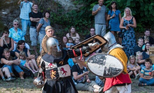 Kämpfe zwischen Rittern, wie hier 2018, werden auch diesmal auf dem Rochlitzer Schloss zu sehen sein.