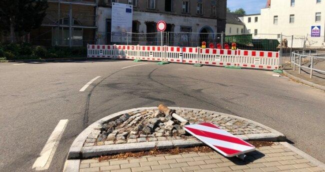 Ein unbekanntes Fahrzeug hat am Montag das Schild am Technikumplatz umgefahren. Aufgrund von Abrissarbeiten ist dort eine Sackgasse.