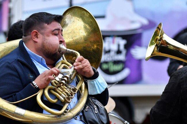 Bojan Ristic Brass Band aus Serbien beim Hutfestival auf dem Technikumplatz vor der Hochschule in Mittweida.