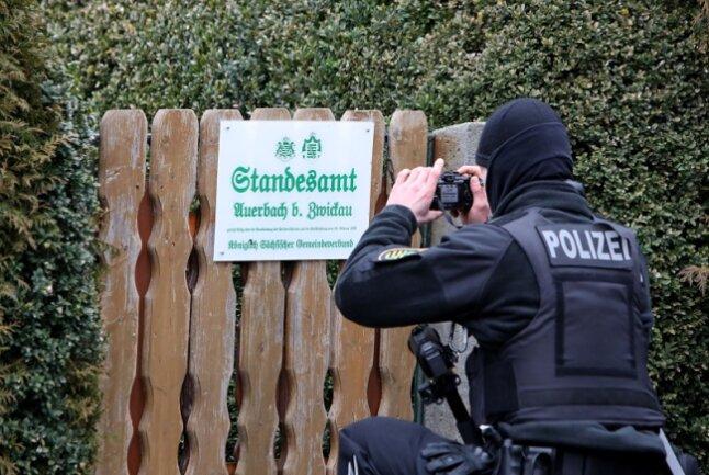 Waltraud Pecher wird der Reichsbürgerszene zugeordnet. Dieses Schild am Gartentor ist ein Indiz dafür.