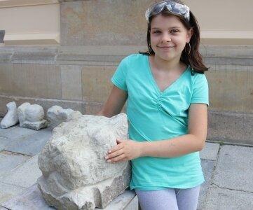 Die elfjährige Sukeida Sommer hat ihr Lieblingstier in Stein gehauen.