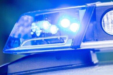 Ein Blaulicht an einer Polizeistreife.