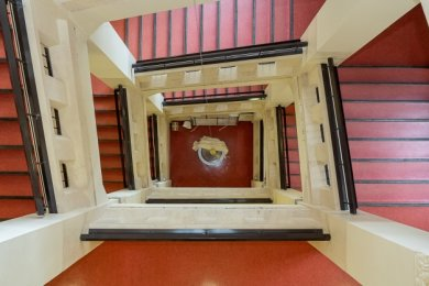 An einem 17 Meter langen Stahlseil hängt das Pendel im Treppenhaus der Schule. Die Aufhängung befindet sich auf dem Dachboden.
