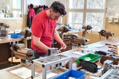 Ramon Schulze hat 2017 seine Lehre zum Elektroniker bei LTB begonnen. Während seiner Lehrzeit hat er an der Energiewende mitgewirkt, indem er Hochspannungsfreileitungen mit gebaut und Bestehende ertüchtigt hat.