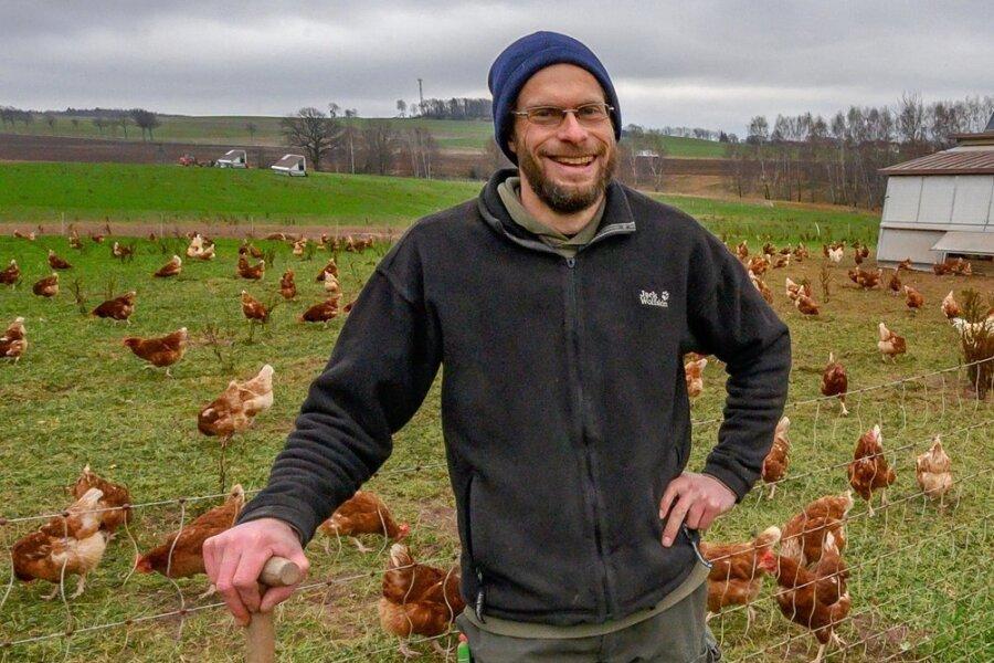 Peter Probst, Biobauer vom Landgut Naundorf, mit seiner Hühnerschar. Die Tiere bewohnen einen mobilen Stall und leben das gesamte Jahr über draußen.