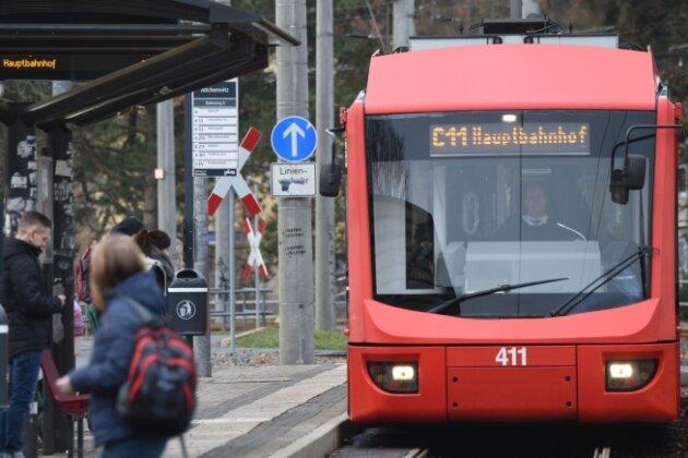 An der Haltestelle Altchemnitz treffen sich die Busse der Linie 76 und die City-Bahn C11, die aus Stollberg kommend zum Hauptbahnhof fährt. Nach dem Fahrplanwechsel am 9. Dezember war der Anschluss zwischen Bus und Bahn am frühen Morgen nicht mehr gewährleistet. Mittlerweile haben die Verkehrsunternehmen laut dem Verkehrsverbund Mittelsachsen eine Lösung gefunden.