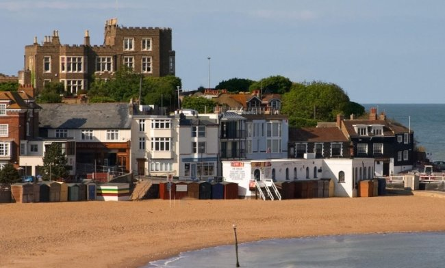 Der Strand von Broadstairs, England, etwa 20 Meilen von Dover entfernt. In dem Ort könnten die Schüler bei Gasteltern leben.