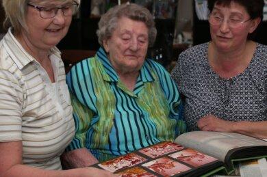 Die Zeitungslektüre und Kreuzworträtsel gehören zum täglichen Ablauf bei Herta Müller (Mitte) in Buchholz. Die Zwillingstöchter Beate Barth (links) und Petra Hirsch lieben es, mit ihrer Mutter Zeit zu verbringen.