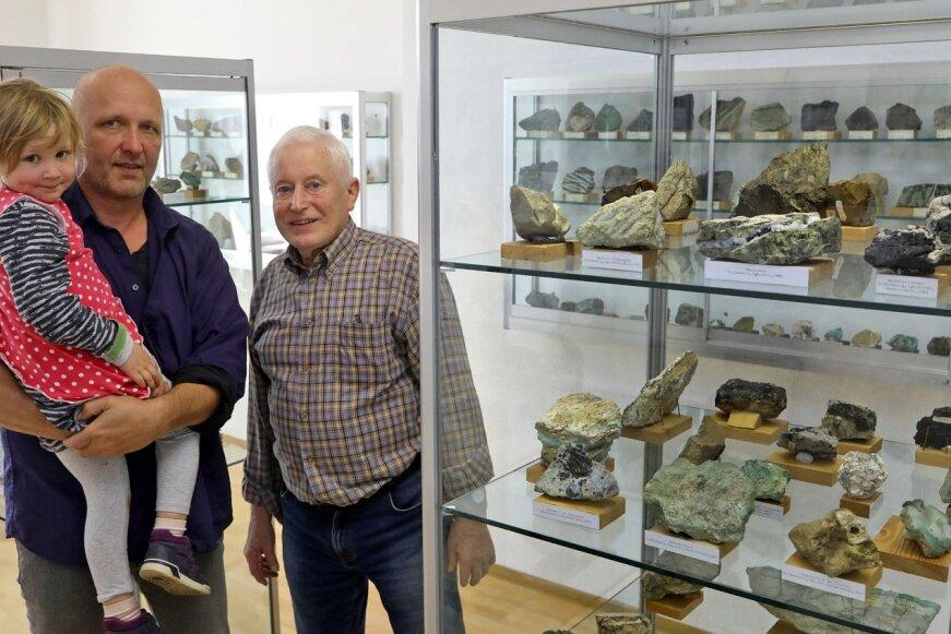 Frank Löcse, hier mit Töchterchen Giulia, und Thomas Grünert sind die Hüter der mineralischen Schätze, die im ehemaligen Nickelerz-Abbaugebiet geborgen und gesammelt wurden. Ein Großteil davon ist seit 2018 in der Kulturellen Begegnungsstätte in Reichenbach zu sehen.