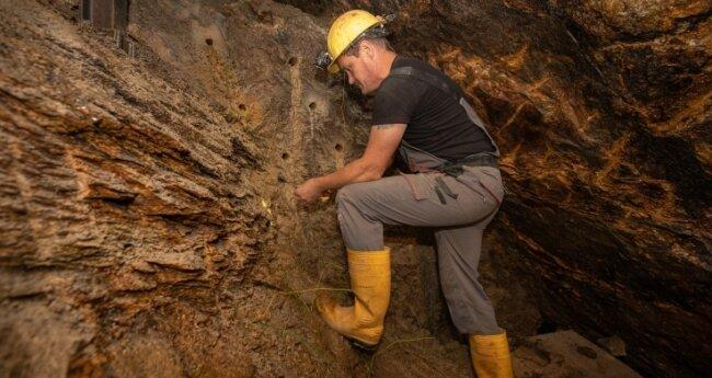 Bereichsweise wird im Untergrund auch gesprengt - etwa aus Gründen der Arbeitssicherheit. Im Bild: Peter Klar beim Anbringen und Verkabeln der Sprengladungen.Fotos (2): Ronny Küttner