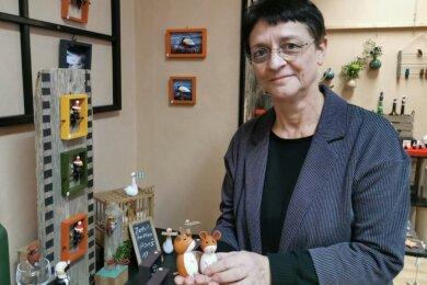 Holzgestalterin Nele Jakob zeigt ihre selbst hergestellten Holzfiguren.