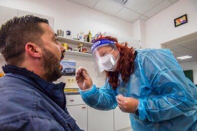 Claudia Riedel führt einen Rachenabstrich bei Robert Woide durch. Die 47-Jährige hat in Aue ein Corona-Schnelltestzentrum eröffnet.