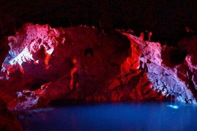Eine besondere Attraktion in der Grube Tannenberg ist der unterirdische See, der durch den Abbau des Zinnerzes entstand - und für Besucher mit verschiedenen Farben beleuchtet werden kann.