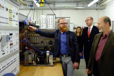 Heimkehr an alte Wirkungsstätte. Firmenchef Tobias Rochhausen (links), Schulleiter Tasso Börner (Mitte) und Lehrer Ingolf Heinemann vom Fachbereich Kältetechnik bei der Übergabe der neuen Lehrmodelle.