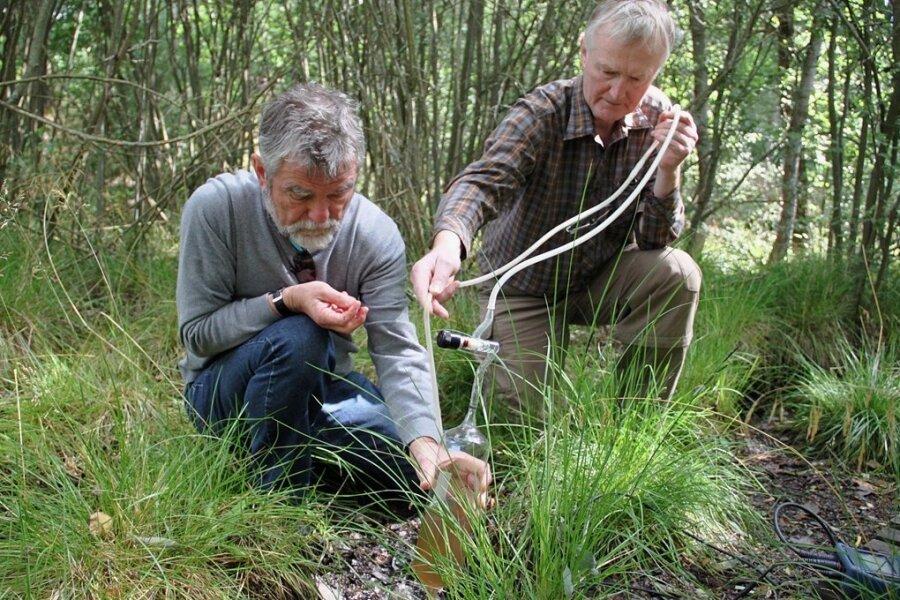 """""""Die Erde spricht zu uns"""", sagt Geochemiker Horst Kämpf (rechts) vom Geoforschungszentrum Potsdam. Das Foto entstand 2015, als er mit Gerhard Strauch (links) Gasproben in Westböhmen entnahm. Kämpf kommt am6. September zu einen Vortrag nach Bad Elster."""