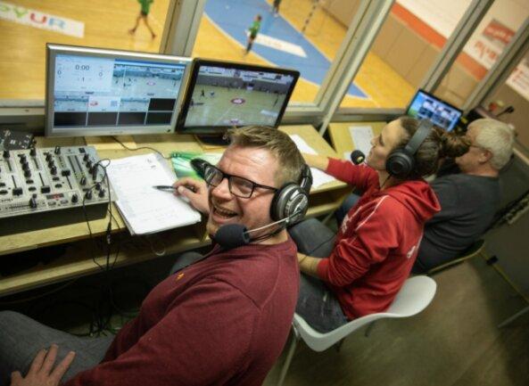 Roy Grüner (links) Stammplatz in der Sporthalle Neuplanitz ist derzeit die Sprecherkabine. Von dort kommentiert er den Livestream der BSV-Heimspiele auf der Plattform sportdeutschland.tv.