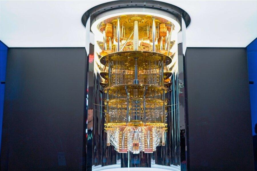 """Die Amerikaner haben ihn schon: einen Quantencomputer der Serie """"Q System One""""von IBM. Auch in Deutschland sollen nun diese neuen und extrem leistungsfähigen Rechner entwickelt werden."""