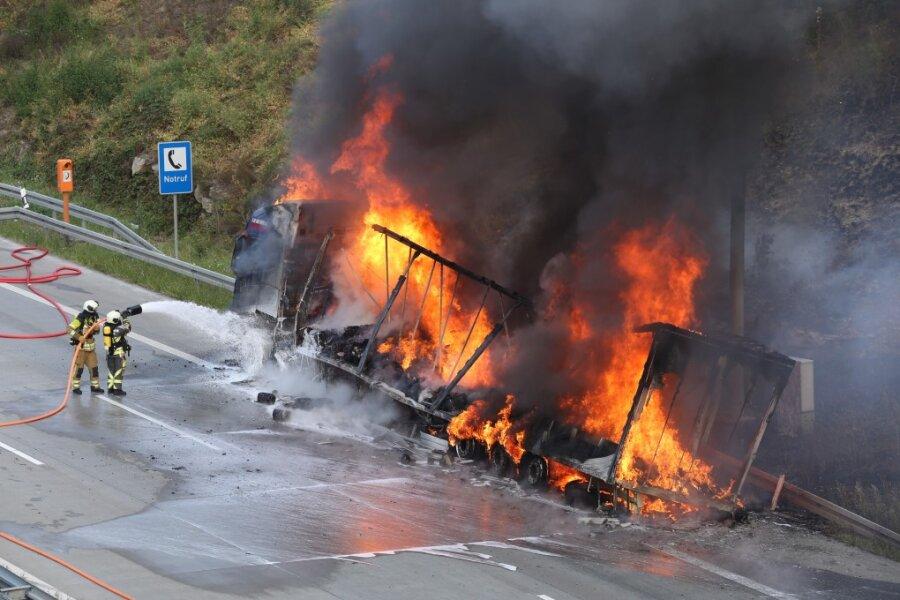 Laster geht auf A17 in Flammen auf