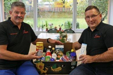 Ralf Hutschenreuter (links) und Jens Juraschka zeigen, wie so ein Spendenpaket aussehen könnte.