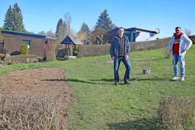 """Rainer Friedla (links) und Sven Badura vom Kleingartenverein """"Am Kriegelstein"""" in Leubnitz hoffen auf neue Vereinsmitglieder."""