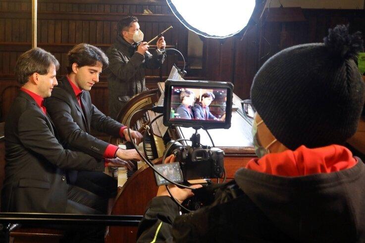 Das Organisten-Duo Pascal und Markus Kaufmann spielt in der Lichtensteiner Laurentiuskirche einen Videoclip als Neujahrsgruß ein.