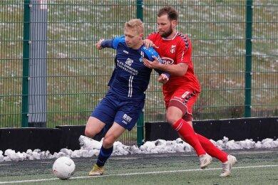 Der Ball rollt weiter beim Chemnitzer FC (hier Max Roscher, links, gegen Benjamin Förster). Im Testspiel gegen den ZFC Meuselwitz gab es am Freitag eine 1:2 (0:1)-Niederlage.
