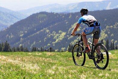 """Die Mountainbike-Strecke """"Stoneman Miriquidi"""" bietet wunderbare Blicke übers Erzgebirge - und zieht zunehmend Touristen an."""