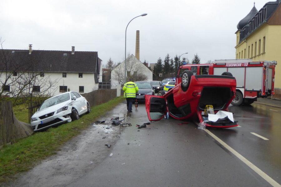 Der Aufprall war so heftig, dass sich der Audi überschlug und auf dem Dach landete.