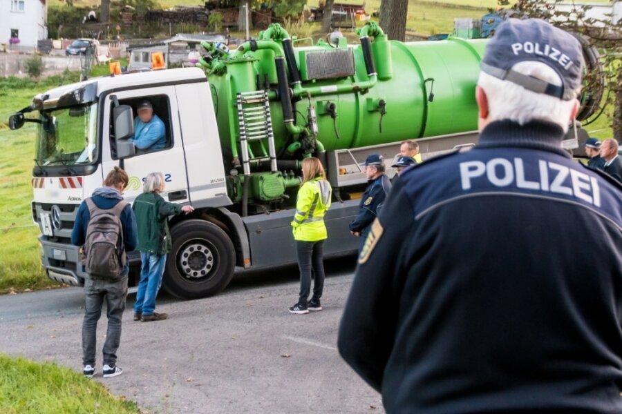 Nach kurzer Diskussion mit Polizisten und Mitarbeitern des Landratsamtes wird die Klärgrube auf dem Grundstück von Axel Bierett (2. v. l.) am Freitagmorgen geleert und anschließend der Abfluss zugemauert.