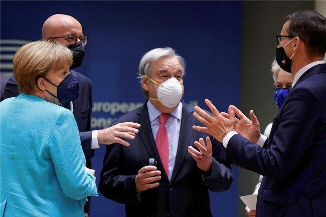 Kanzlerin Angela Merkel (v.l.n.r) im Gespräch mit EU-Ratschef Charles Michel, UN-Generalsekretär Antonio Guterres, EU-Kommissionschefin Ursula von der Leyen und Polens Premier Mateusz Morawiecki.