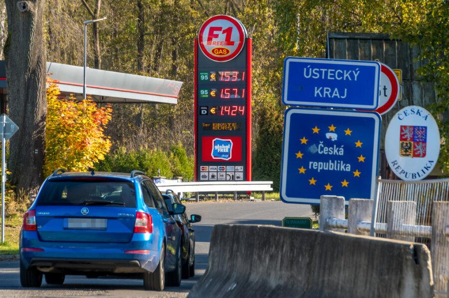 Blick von Olbernhau nach Brandov: An der Tankstelle auf deutscher Seite kostet der Liter Super E5 um 10:30 Uhr 1,779 Euro.