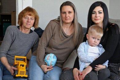 Ein eingespieltes Team: Uroma Kerstin, Oma Wicky und Mama Celine (von links) kümmern sich abwechselnd um den zweijährigen Levin.