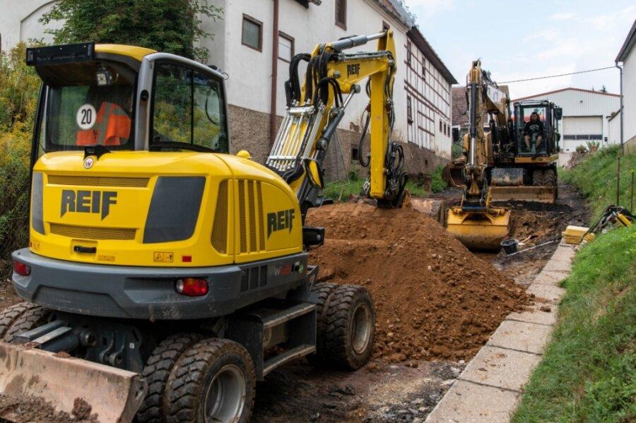 Beim Straßenbau an der Seelitzer Ortsdurchfahrt hatten zuletzt Mitarbeiter der Firma Reif einen Kanal für die Straßenentwässerung verlegt. Die Fahrbahn der Kolkauer Straße wird bis Dezember erneuert.