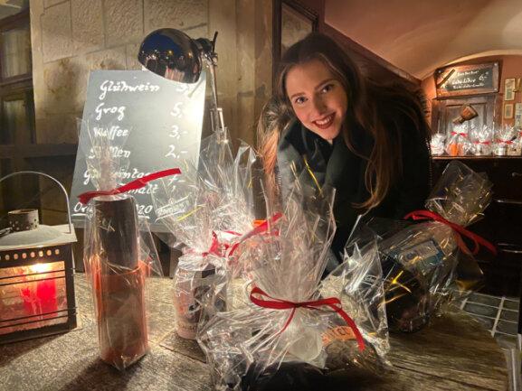 Barkeeper-Tochter Aimee Kunz hilft beim Geschenkverkauf im Maroon