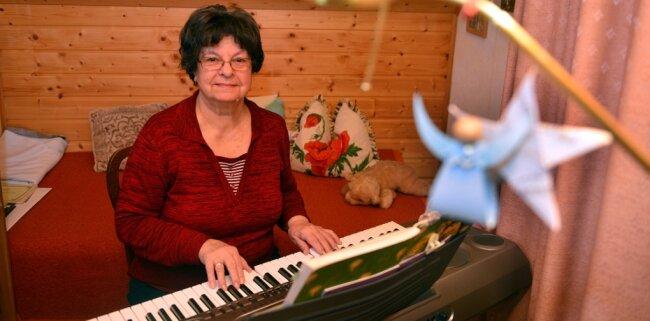 Margitta Weickert spielt jeden Tag um 17 Uhr zuhause in Kriebethal an ihrem Keyboard. Die Musik wird nach draußen auf den Goetheschulplatz übertragen.