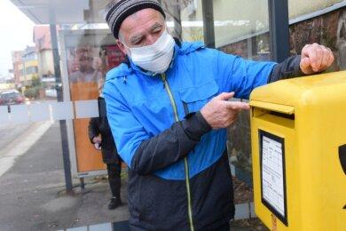 In diesen Briefkasten neben der Haltestelle Brauerei Reichenbrand an der Zwickauer Straße wirft Titus Meusel regelmäßig Post ein. In diesem Jahr seien aber mehrere Briefe, die er verschickt hatte, nicht angekommen.