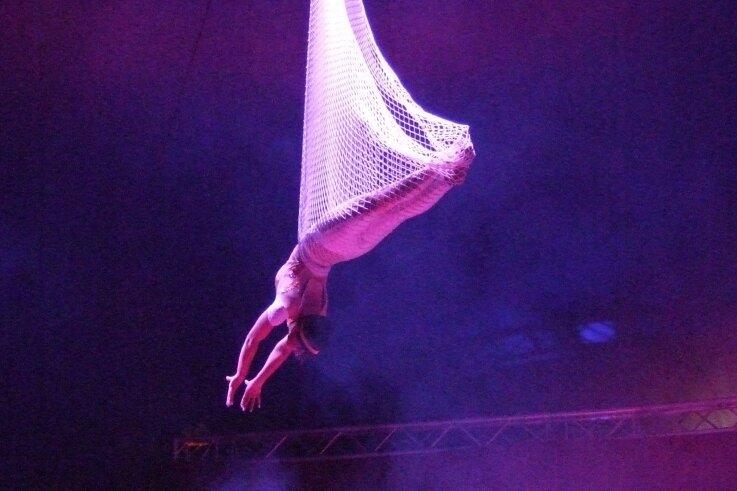 Joelina - die Königin der Lüfte. Ihre Darbietung gehört zu den Attraktionen des Cirkus Karl Buch, der in Oelsnitz gastiert.