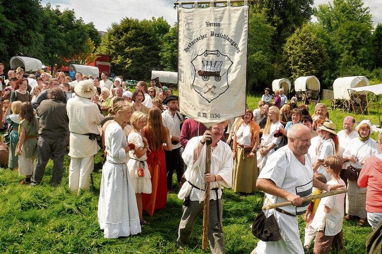 Zur Eröffnung des 20. Historischen Besiedlungszuges marschierten Lokator Franko Beck mit Stock und Vereinsvorsitzender Andreas Rausch mit der Fahne ein, um das Siedlervolk zu begrüßen.