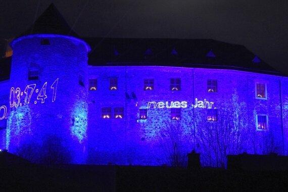 Blaues Licht begrüßt neues Jahr