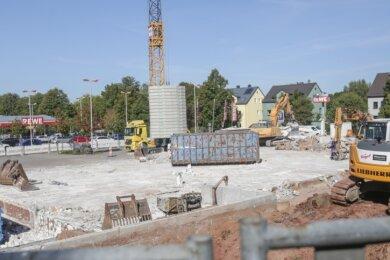 Von der Aldi-Filiale, die an der Waldenburger Straße gegenüber des Rewe-Markts stand, ist nur noch die Bodenplatte übrig. Bis zum Frühjahr 2021 soll am selben Standort ein neuer Aldi-Markt mit reichlich 300 Quadratmetern mehr Verkaufsfläche errichtet werden.