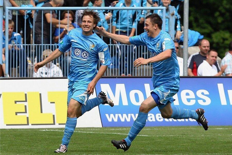Benjamin Förster (links) bejubelt am 21. Mai 2011 seinen Treffer zum 1:0 gegen RB Leipzig. CFC-Teamkollege Marcel Wilke ist der erste Gratulant.