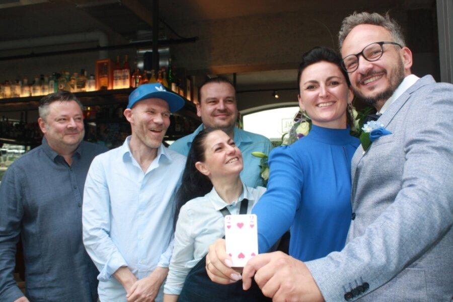 Nicole Harnisch-Zeisig und ihr Ehemann André Harnisch (rechts), feierten mit Radiomoderator Lutz Escher, Kult-Discjockey Dirk Duske, Barkeeper Lars Höppe und dessen Frau Sandy Höppe (v.l.).