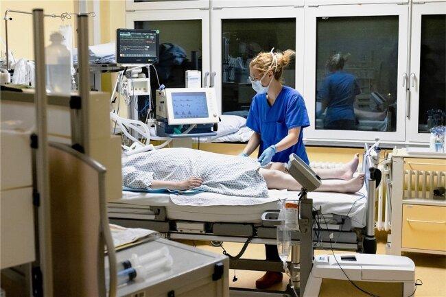 Besonders über 70-jährige Covid-19-Patienten brauchen intensivmedizinische Behandlung und Beatmung.