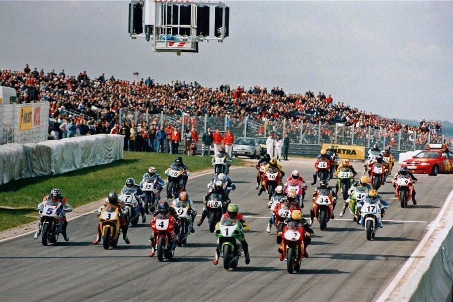 Erster Start der Pro Superbike Klasse zur Deutschen Motorradmeisterschaft im Mai 1996 auf dem neuen Sachsenring. Es kommen 60.000 Zuschauer.