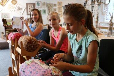 Lina, Lucy und Nelly (von links) sind drei der Klöppelkinder in Pausa und mit Leidenschaft dabei. Vor zehn Jahren entstanden die Pausaer Klöppelgruppen - angeleitet von einer Erzgebirgerin, die erst als Erwachsene in Zeulenroda zum Klöppeln kam.
